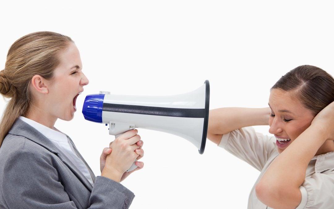 Wulgaryzmy i przemoc psychiczna: jak walczyć z mobbingiem?