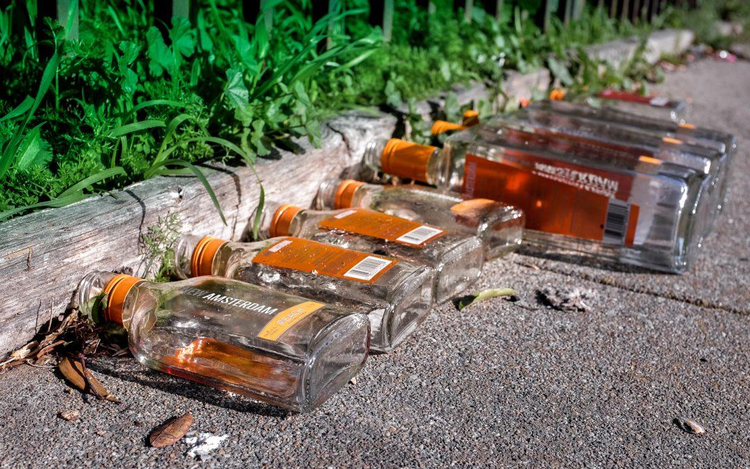 """Ministerstwo Zdrowia zajmie się """"małpkami""""? Polacy kupują 3 mln małych wódek dziennie"""