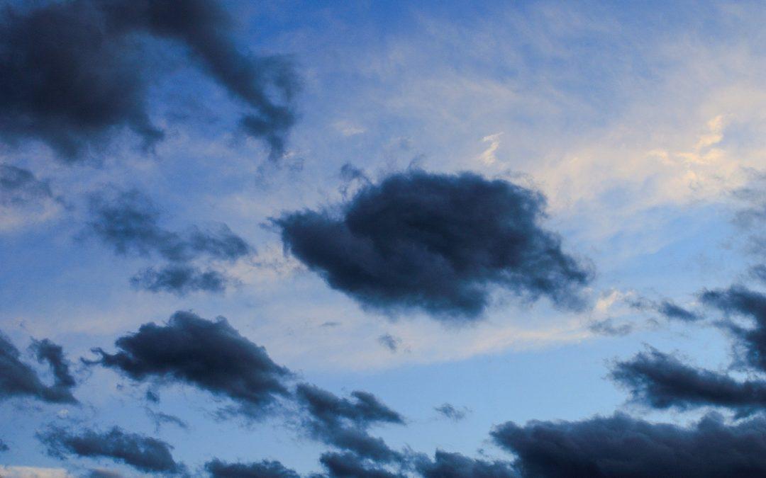 IMGW i RCB ostrzegają przed silnym wiatrem w całej Polsce
