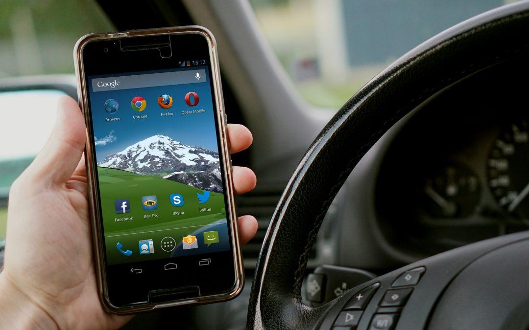 Policja: Polacy częściej sięgają po telefon podczas prowadzenia samochodu
