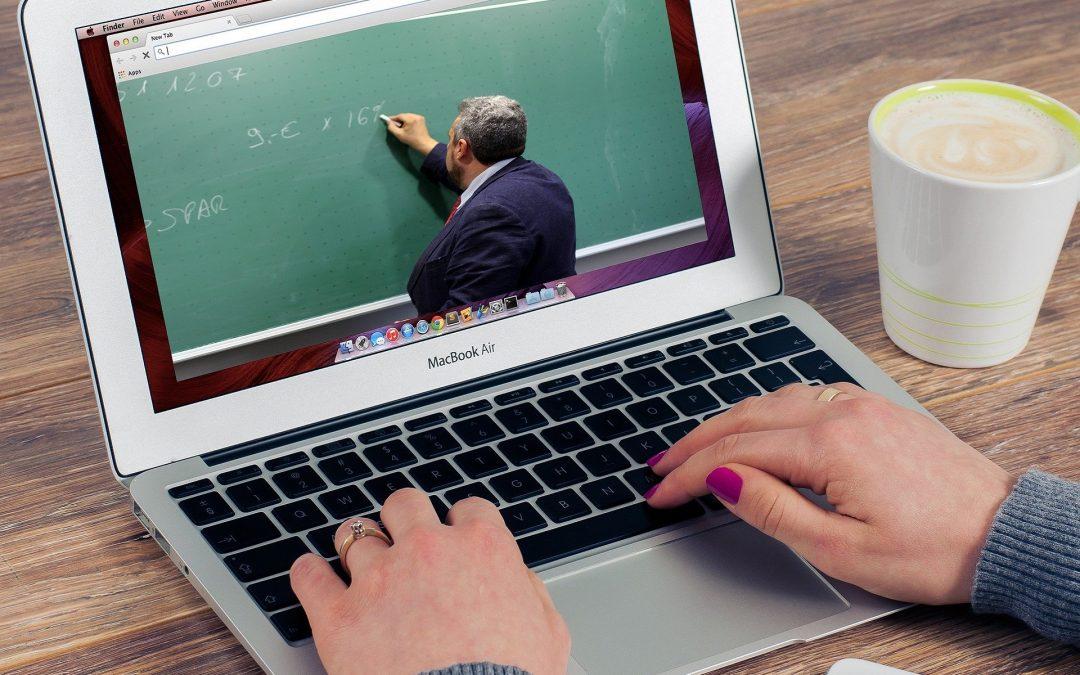 Policja: Hejt wobec nauczycieli podczas e-lekcji jest przestępstwem