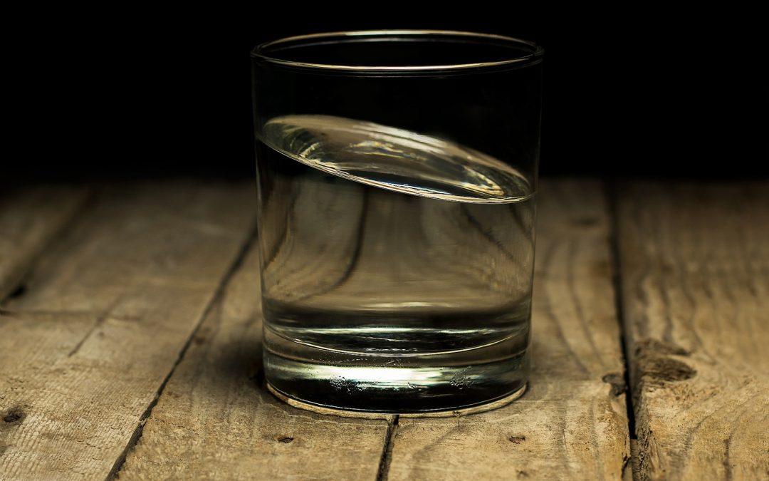MZ i NFZ: Latem pamiętajmy o częstszym piciu wody